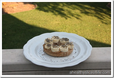 Bagel with peanutbutter, banana and chia seeds