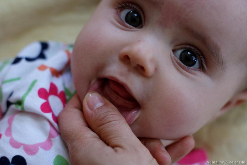 Как лезут зубы у грудничка