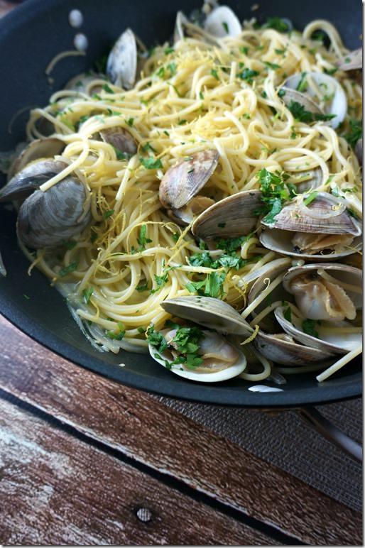 spaghetti-clams-garlic-wine-sauce